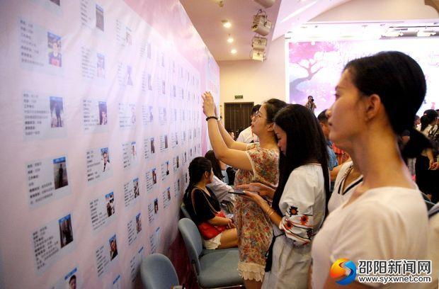 活動開始前,女嘉賓在嘉賓信息墻上了解男嘉賓信息。