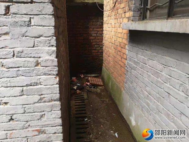 垃圾渣清理不及時導致下水道堵塞
