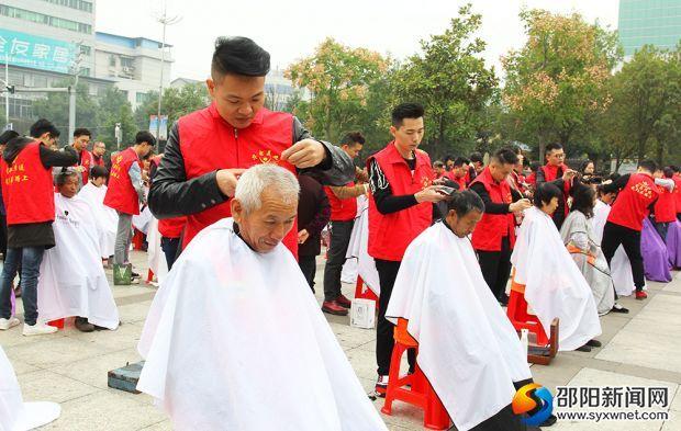 邵东志愿者开展关爱环卫工人义剪活动