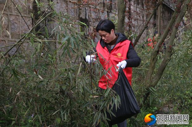 志愿者在清理沿河垃圾
