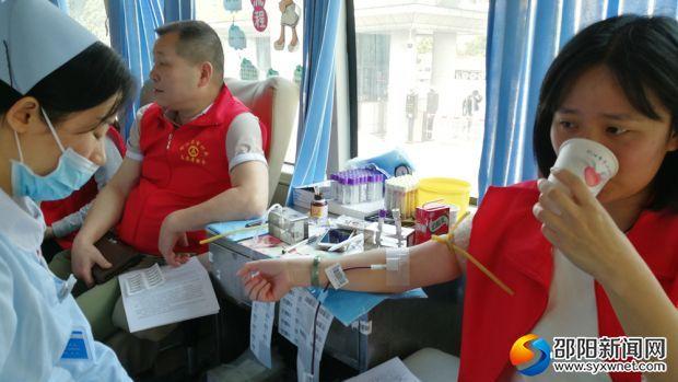志愿者正在獻血