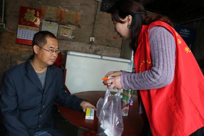 4月23日,双清区医疗保障局志愿者赴火车站乡开展送诊送药行动,惠及大病困难群众10户。5.jpg