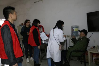 4月23日,双清区医疗保障局志愿者赴火车站乡开展送诊送药行动,惠及大病困难群众10户。3.jpg