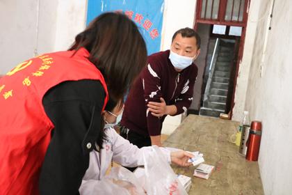4月23日,双清区医疗保障局志愿者赴火车站乡开展送诊送药行动,惠及大病困难群众10户。1.jpg
