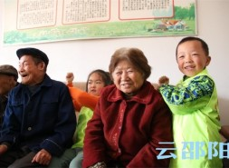 邵阳这个福利院来了一群小朋友,惹得老人们乐开怀