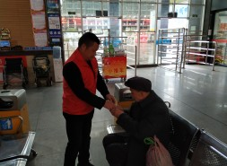 七旬老人不慎走失 车站工作人员助其找到家人