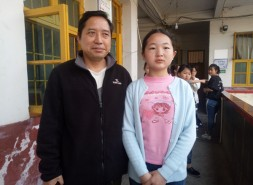 新宁县水庙中学师生为拾金不昧的学生点赞