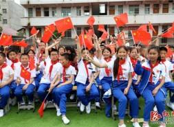武冈市稠树塘镇中心小学师生同唱《我和我的祖国》