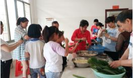 双清区五里牌小学开展情系留守儿童包粽子活动