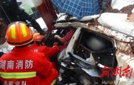 渣土車側翻埋壓小車,4人被困,他們緊急出手相救