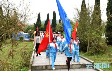 邵阳这群学生祭奠革命英雄,传承