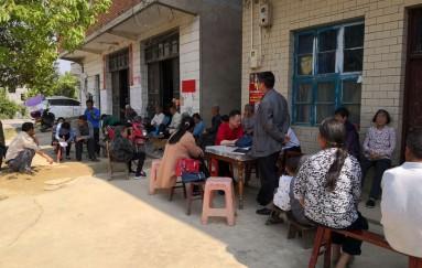 新寧法院督促貧困村開展環境衛生