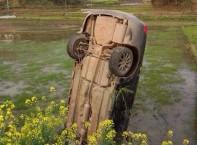 隆回320国道惊险一幕:油门当刹车 汽车扎进泥田中